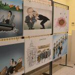 Izložba karikatura Koraksa i Petričića u opštini Stari grad