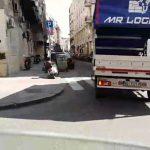 Kombi sa porukama protiv lidera opozicije kruži Beogradom