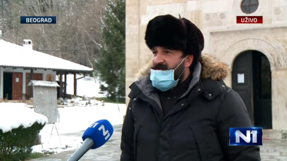 Svestenik-Vladimir-Markovic-deli-hranu.png