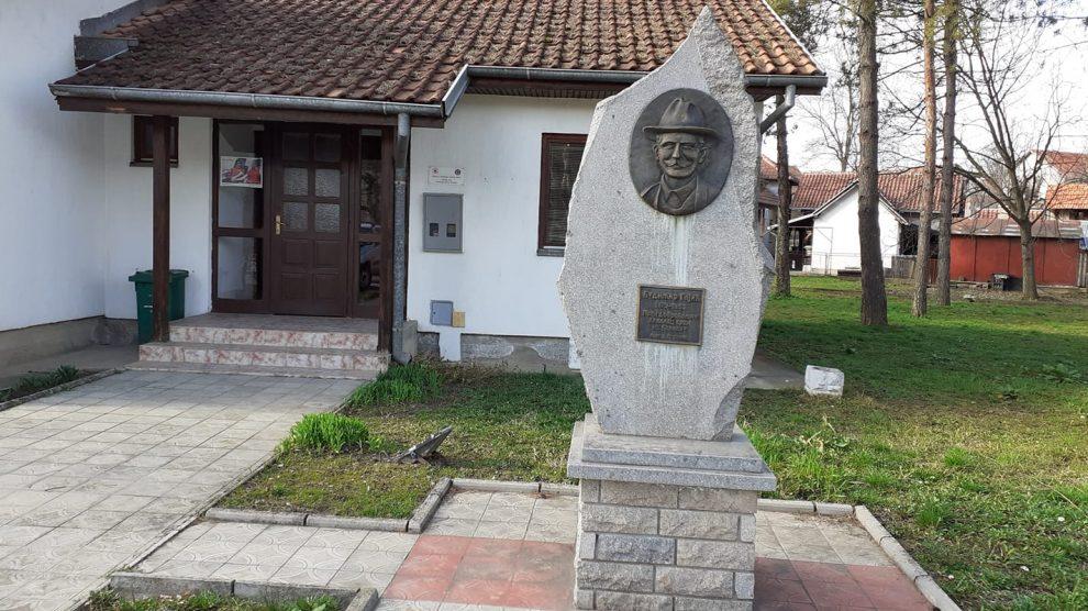 budimir-gajic-prvi-dobrovoljni-davalac-krvi-spomenik-ljig-2.jpg