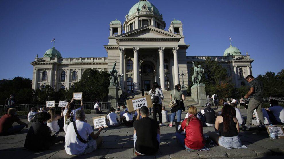 Protesti-sedu-ne-nasedaj-na-nasilje-i-lazi.jpg