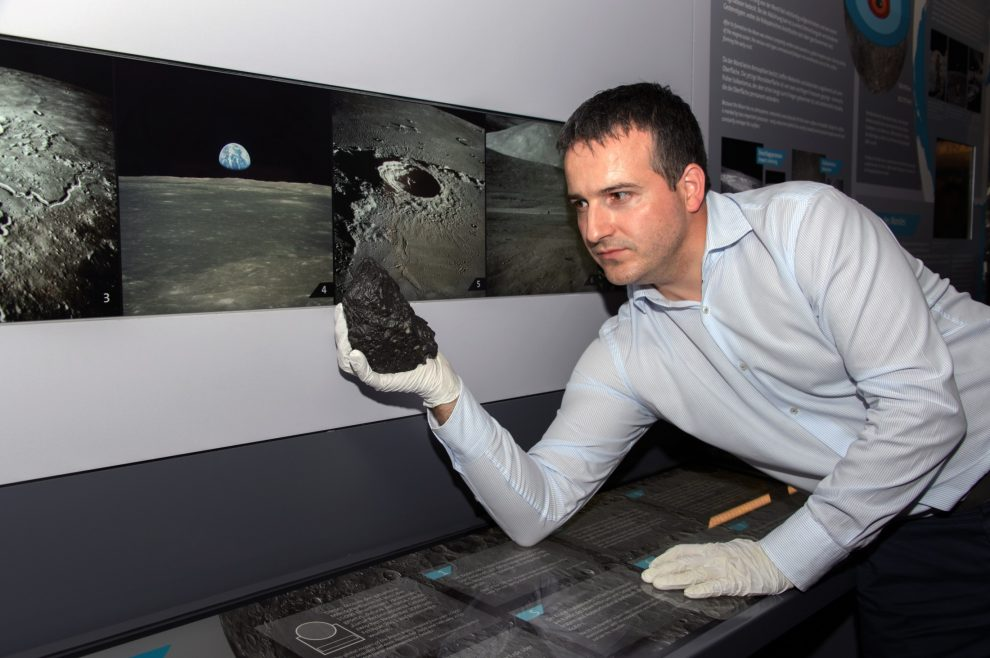 Najveci-mesecev-meterorit-Prirodnjacki-muzej-Bec-izlozba-1.jpg