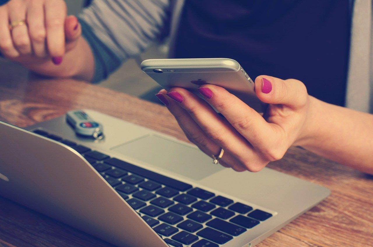Studiranje-nekad-i-sad-telefon-laptop-student.jpg