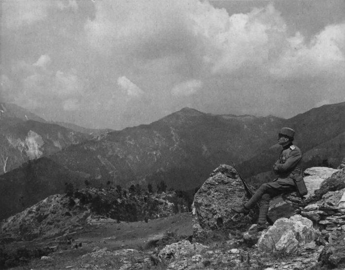 Srpski vojnik gleda na masiv Kajmakcalana