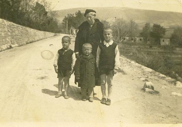 Jovanka Dezulovic sa unucima u Bileci (1937.)-min