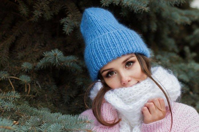 devojka-plava-kapa-sal-zima-jpg