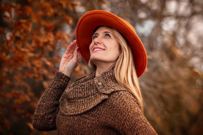 devojka-sesir-sa-sirokim-obodom-jesen-jpg