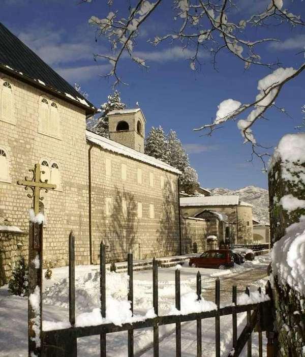 Cetinjski-manastir-kapija-sa-krstom.jpg
