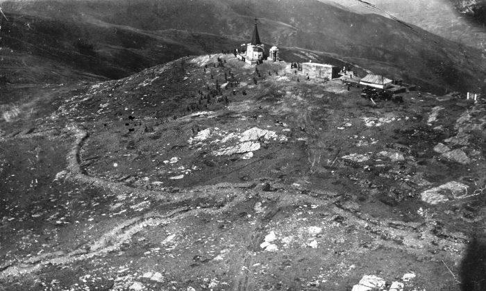 Slika Kajmakčalana iz 1930. godine, jasno su vidlјivi rovovi iz bitke
